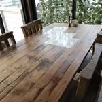 カフェ ガーランド - このテラスに面したテーブルも明るくて大好きなテーブルです(2018.7.12)