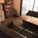 カフェ ガーランド - 中央の部屋、こちらはソファ席です(2018.7.12)