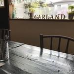 カフェ ガーランド - 座った席から見た、黒光りするテーブルと東向きの窓(2018.7.12)