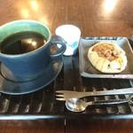 CAFE 暖 - 料理写真:今日のおやつ(ドリンク付き) りんごの焼きパイ ホットコーヒー
