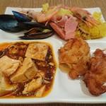 柿安 三尺三寸箸 - 料理写真:自分が取り分けた最初の皿(魚介パエリア・四川麻婆豆腐・から揚げもも肉)