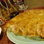 駄菓子屋食堂 - 駄菓子屋食堂の名物羽根つき焼餃子。中からは美味しいスープがジュワッと出てきます。
