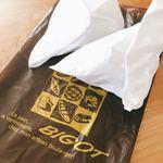 89115830 - パンばかり崩れないように、空気を含ませて三角型にして紙袋で包まれています。
