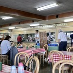 大遠会館 まぐろレストラン - 広々とした学食のような雰囲気