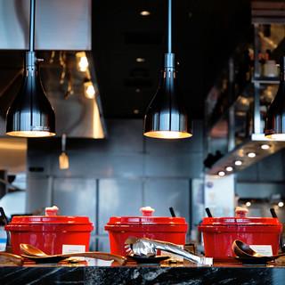 カラフルなSTAUB鍋がかわいい、種類豊富なホットディッシュ
