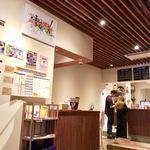 obi Hostel & CAFE BAR - 手前がフロントで奥がレジカウンター