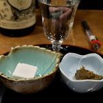 89121222 - 油長 付き出し 200円 口直しのお豆腐 と 蕗味噌