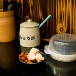 らーめん雷蔵  - カウンターとサービスのお惣菜