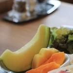 果実園 リーベル - モーニングのフルーツサンドに添えられたフルーツ