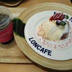 LONCAFE - いちごとカスタードクリームのフレンチトーストセット(1190円)です♪ドリンクはアイスコーヒー。フレンチトーストはカリッと芳ばしくミルクたっぷりでしっとり。アイスクリームとカスタードクリームもたくさんのっていました