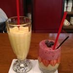 千成屋珈琲 - テーブル席で私はミックスジュース(500円)を、相方はベリージュースを注文♪。ミックスジュースは甘さ控えめ。ベリージュースも良い味でした。