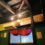 Cafe Destine - 天井も窓もいい感じ