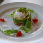 ブランチキッチン - サーモンのタルタルとアボカドとポーチドエッグ ディルソース