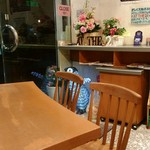 AT THE 21 - 店内は入って右手にテーブル席、左手に厨房とカウンター席がありました。
