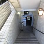 89137761 - 階段をぐんぐん下ります