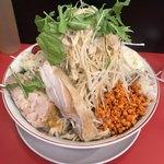 鷹の眼 - 冷やし中華 (大) 麺量400g  ¥950  全部マシ(野菜、ニンニク、アブラ、辛揚げ、ガリマヨ)  でコール