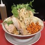 鷹の眼 - 料理写真:冷やし中華 (大) 麺量400g  ¥950  全部マシ(野菜、ニンニク、アブラ、辛揚げ、ガリマヨ)  でコール