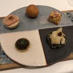a.ligne - ひよこ豆のゼリー寄せ、ほうじ茶のメレンゲ生地の上にフォアグラ乗せ、名古屋コーチン入りシュー、トウモロコシのバレット、海苔のコンテ生地につぶ貝などの小さな口取り五種