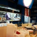 LBK CRAFT - カウンター席から厨房を見る。