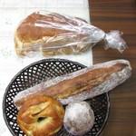 パン マニフィック - 料理写真:もっち食パン 5枚切・塩バターベーグル・甘酒バゲット・ブルーベリーとカマンベールのマフィンのマフィン