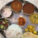 インド食堂TADKA - ベジミールスバスマティ+カチュンバルサラダ サンバル、ラッサムは若干塩分強め ダルお替わりほしい、、、  1250円