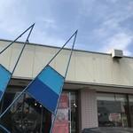 sandwich cafe うみねこ - ヨットの「帆」をイメージしたのであろうブルーの三角形が目立ちます(2018.7.13)