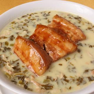 当店ならではの人気メニュー!「豚角煮のクリーム麺」
