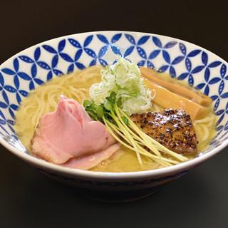 濃厚なのにあっさりとした鶏白湯スープは、最後の一滴まで旨い!