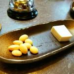 Hokkaido 和食七輪 ひやまる - お通しは茹で大豆ともめん豆腐