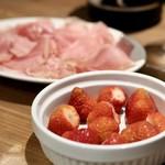 餃子とスパークリング バブルス - パルマ産生ハムと北海道洞爺湖佐々木ファームのイチゴ