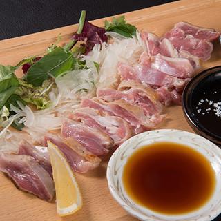 おすすめの厳選素材『軍鶏』。弾力のある肉質が美味。