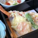 千羽鶴 - ◆揚げ物・・・海老のあられ揚げ・・大き目の海老で甘みを感じます。あられの優しい塩の味わいが合いますね・ 他は「丸十」「しし唐」など。