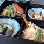 千羽鶴 - ◆松花堂弁当には、4種類のお料理が盛られていて彩がキレイ。