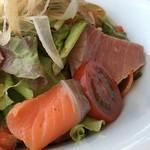 千羽鶴 - 鮪やサーモンなどが入り、レタスや茗荷もタップリで爽やかな味わい