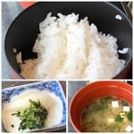 千羽鶴 - ◆ご飯の味わいは普通。 ◆お味噌汁はさいの目に切ったお豆腐とアオサ入り。優しい味わいですが好み。 ◆香の物・・べッたら漬けと大根葉