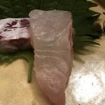 白鷹 - 真鯛の表面の脂の煌めきが写っているかな?