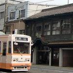 大手饅頭伊部屋 - 大手まんぢゅう京橋本店の前を大手まんぢゅう路面電車が通過しまーす(笑)