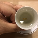 白鷹 - 賀茂鶴に入っている金粉が二枚。寄り添います。