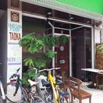インド食堂TADKA - ファサードにはカレーリーフが。スタッフは自転車通勤?