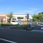 うどん満月 - 店の正面は駅前ロータリーの駐車場ですが、無料駐車場は裏です