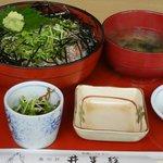 井里絵 - 鯵のぶったたき丼(丼、味噌汁、酢の物、お新香)