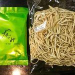 89191394 - スープと麺。この手のラーメンにしては、スープの袋にちゃんとロゴが入っている(製造ロットも?)。大半のご当地ラーメンには、表面に記号程度しか印字されていない。