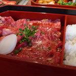 892596 - 下の段はお肉とご飯 大盛りは無料
