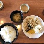 きんのつる - 料理写真:最初に御飯、味噌汁、ソースの小皿。バイキングお惣菜1回目