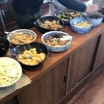 きんのつる - 惣菜バイキングのテーブル、ピンぼけです。煮物やサラダお漬物10種類ぐらいあります。
