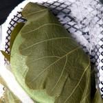 朱里旬集 - 柏餅は二種類あって,プレーンな白いお持ちの方が漉し餡(1個210円), 緑のヨモギ入りの方が粒餡です。