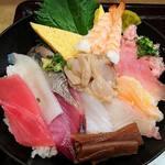魚がし日本一 - 魚がし日本一 新橋駅ビル店 ランチ 海鮮丼 シャリ少な目 12種の魚介類が盛り込まれます
