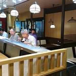 魚がし日本一 - 魚がし日本一 新橋駅ビル店 店内 後ろにテーブル席が沢山あります
