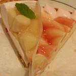 89213893 - 右:山梨県産夢みずきのタルト 左:桃とチーズのタルト