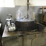 89215983 - この釜で茹で置き麺を温めます